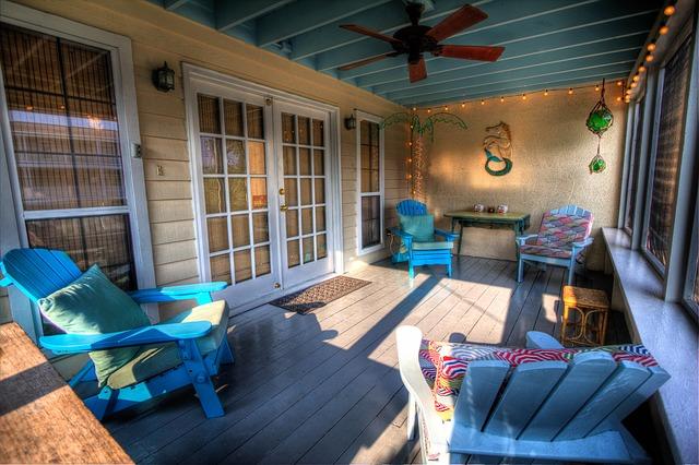 Chiusura della veranda con struttura precaria ed abuso edilizio